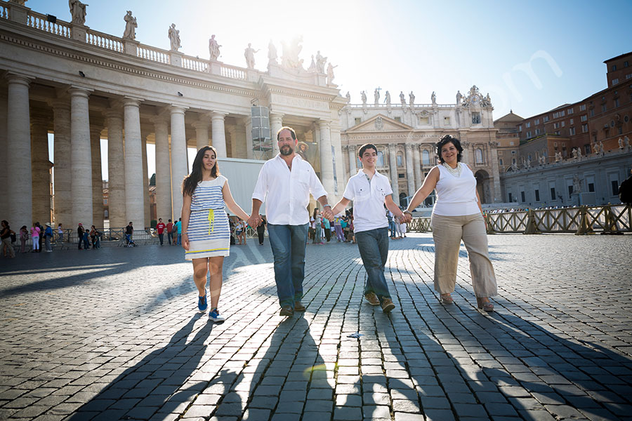 Photo tours Rome family picture in Saint Peter's square