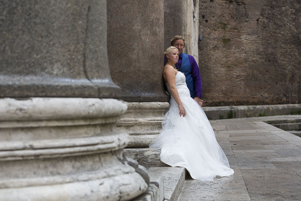 Newlyweds at the Pantheon. Destination wedding in italy.