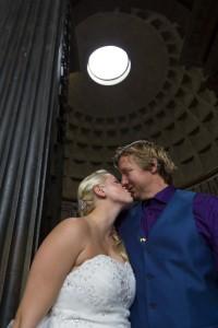 Kissing underneath the Roman Pantheon light
