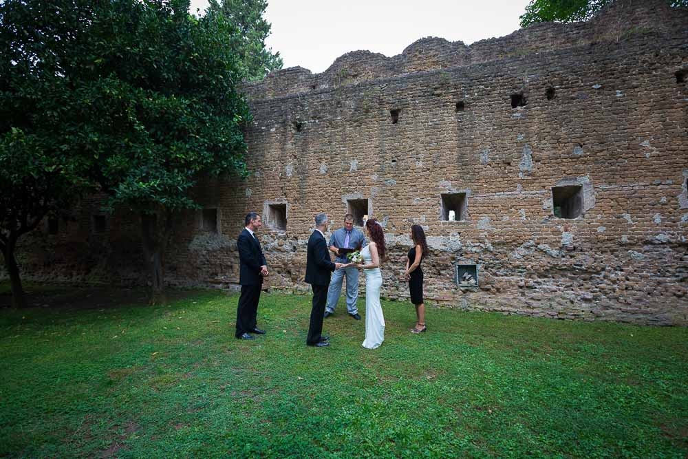 The symbolic wedding photographed in Parco degli Aranci.