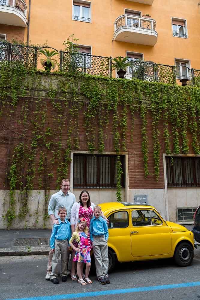 Family pictures portrait by a yellow fiat 500 car