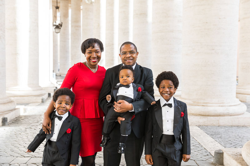 Family group photo session under the Vatican columns